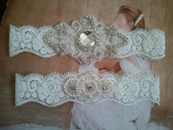 Mariage - SALE - Wedding Garter, Bridal Garter, Garter Set - Crystal Rhinestones & Pearls on a White Lace - Style G2088