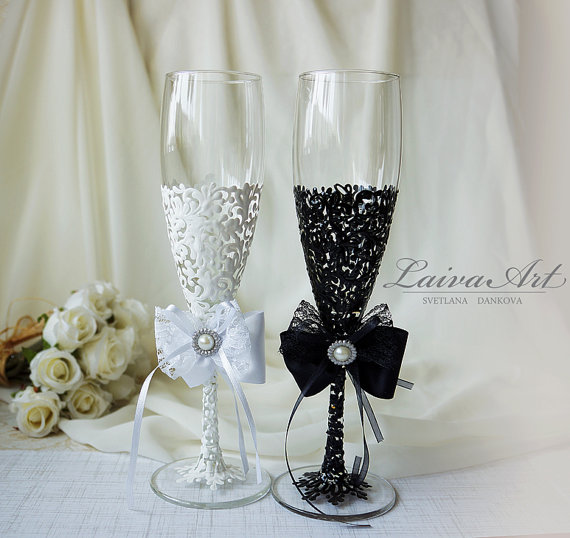 Hochzeit - Wedding Champagne Flutes Black & White Wedding Champagne Glasses Wedding Toasting Flutes Bride and Groom