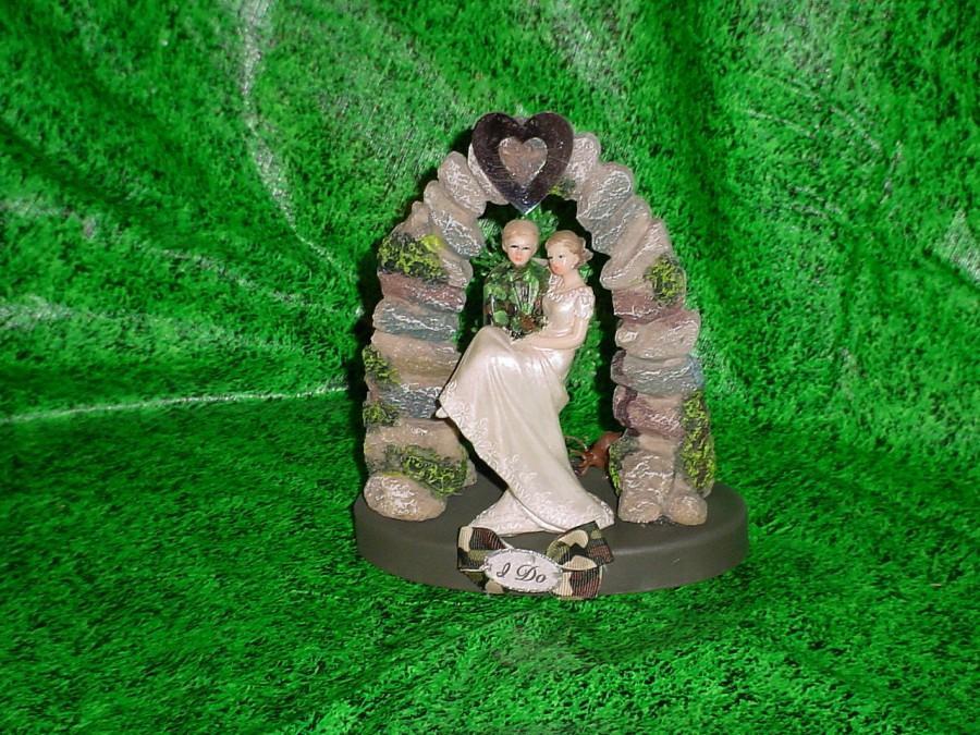 Свадьба - Redneck Outdoor Deer Hunting Mossy Camo Hunter Groom Fun Wedding Cake Topper-1