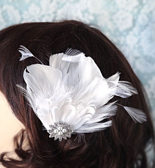 Свадьба - Small white feather hair clip, wedding headpiece, bridal hair accessories, white feather fascinator, rhinestone adornment Style 200