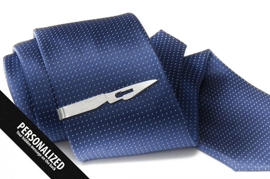 Свадьба - Medical jewelry for men - Doctor gift - Surgeon gift - Scalpel Tie Clip Personalized on the back