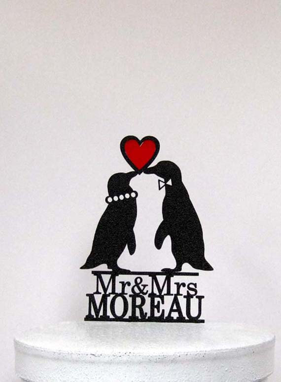 Hochzeit - Personalized Wedding Cake Topper -  Penguins in Love wedding cake topper with Mr & Mrs last name + Red Heart