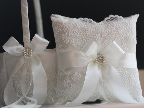 Свадьба - Wedding Pillow and Basket Set in Off-White Color  Lace Basket Pillow Set  White Lace Ring Bearer Pillow and Flower Girl Basket Ring Holder