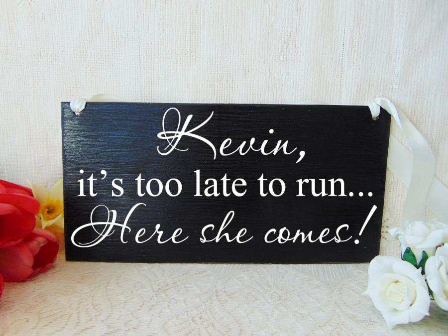 زفاف - It's too late to run here she comes wedding sign. Personalized. Handmade wood wedding board. Flower girl or ring bearer sign
