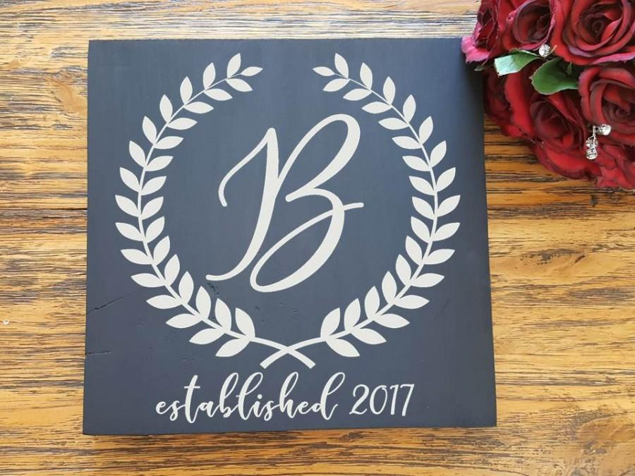 "Mariage - Monogram Wreath Sign- Handpainted Sign - Rustic Wedding Wood Sign - Bride Groom Custom Sign - Wedding Photo Prop- Home Decor - (11"" x 11"")"