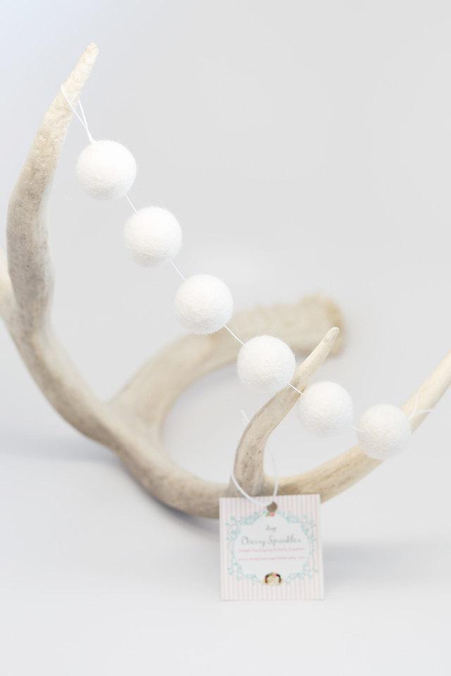 Mariage - 50 Felt Balls -White Felt Ball Garland - White Pom Poms - White Felt Bead garland - Banner, Bunting, Garland - Mantel Decor - 2 cm Pom poms