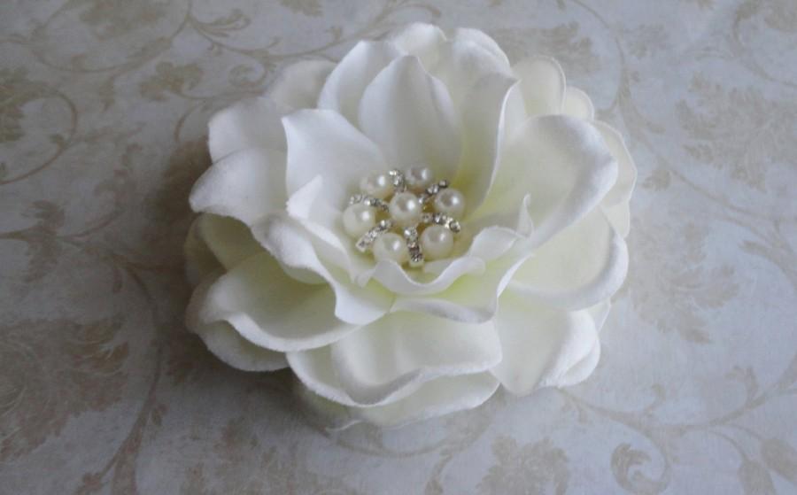 Mariage - Bridal Flower Hair Clip, Bridal Hairpiece, Flower Fascinator, Bridal Antique White Flower, Creamy White Gardenia, Pearl Rhinestone , Brooch