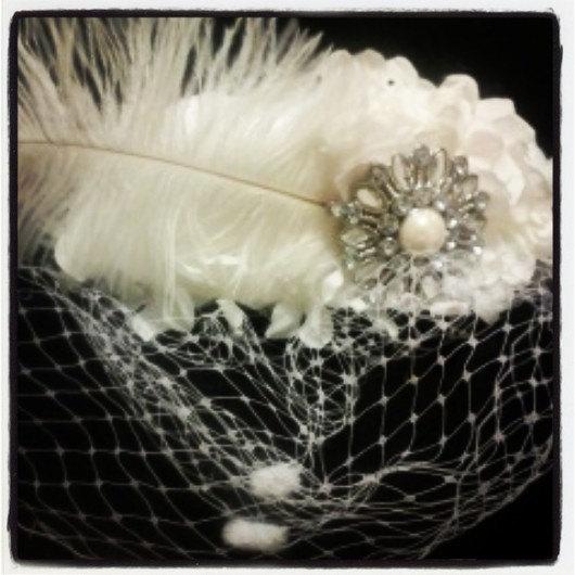 Свадьба - Ivory Bridal Flower Fascinator, Ivory Chenille Dot Birdcage veil, Burlesque Feather Hat, Off White Bridal Fascinator,  HBJ05