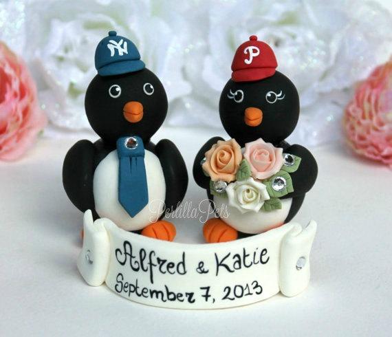 Mariage - Baseball penguin wedding cake topper, sport themed wedding, love birds with banner