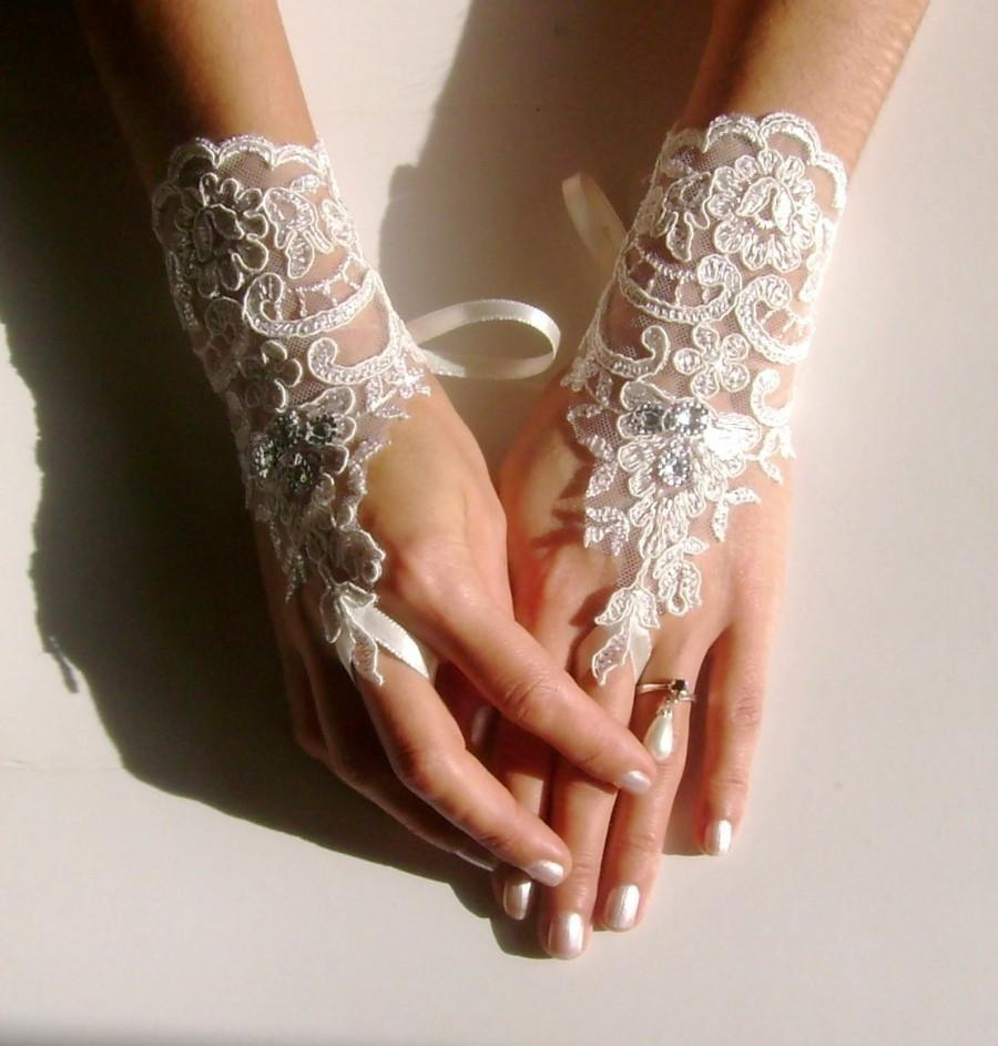 Свадьба - Free ship Ivory lace gloves, bridal wedding gloves, lace gloves, fingerless gloves, SS, bridal accessories, bridesmaid gift, anniversary