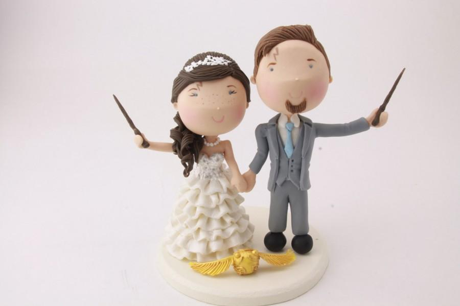 Mariage - Magical couple with golden snitch. Harry Potter Theme. Wedding cake topper. Wedding figurine.  Handmade. Fully customizable. Unique keepsake