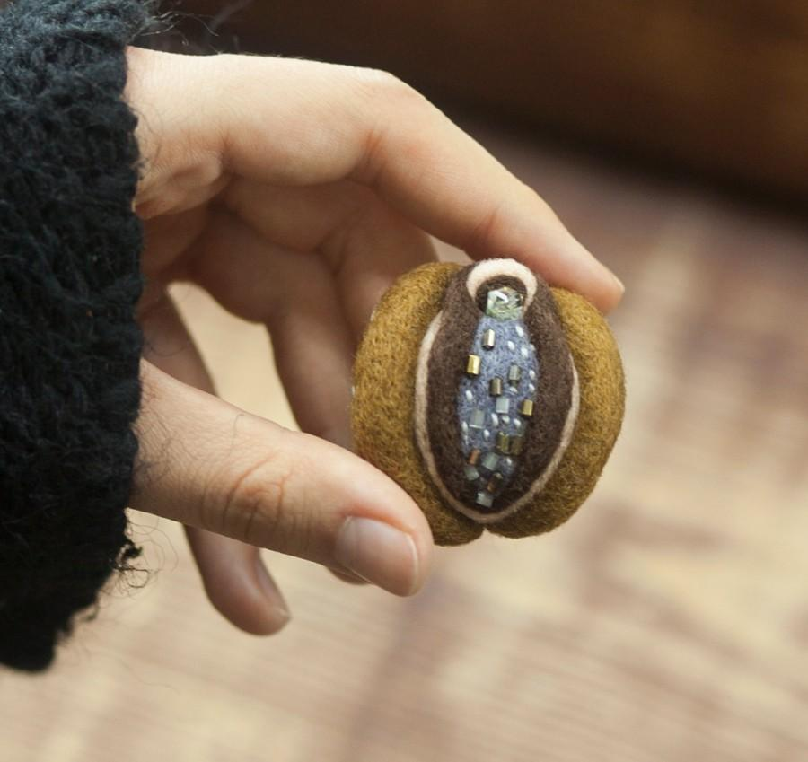 Mariage - Vagina brooch, vagina jewelry, yoni, vulva brooch, christmas gift, feminist gift, vagina magnet, vagina pin, needle felted vagina, vulva pin