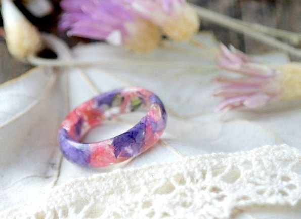 Hochzeit - eco resin ring Eco flowers-REAL FLOWER RING-nature inspired engagement rings-botanical handmade jewelry-Eco Friendly -Everyday Jewelry-lilac