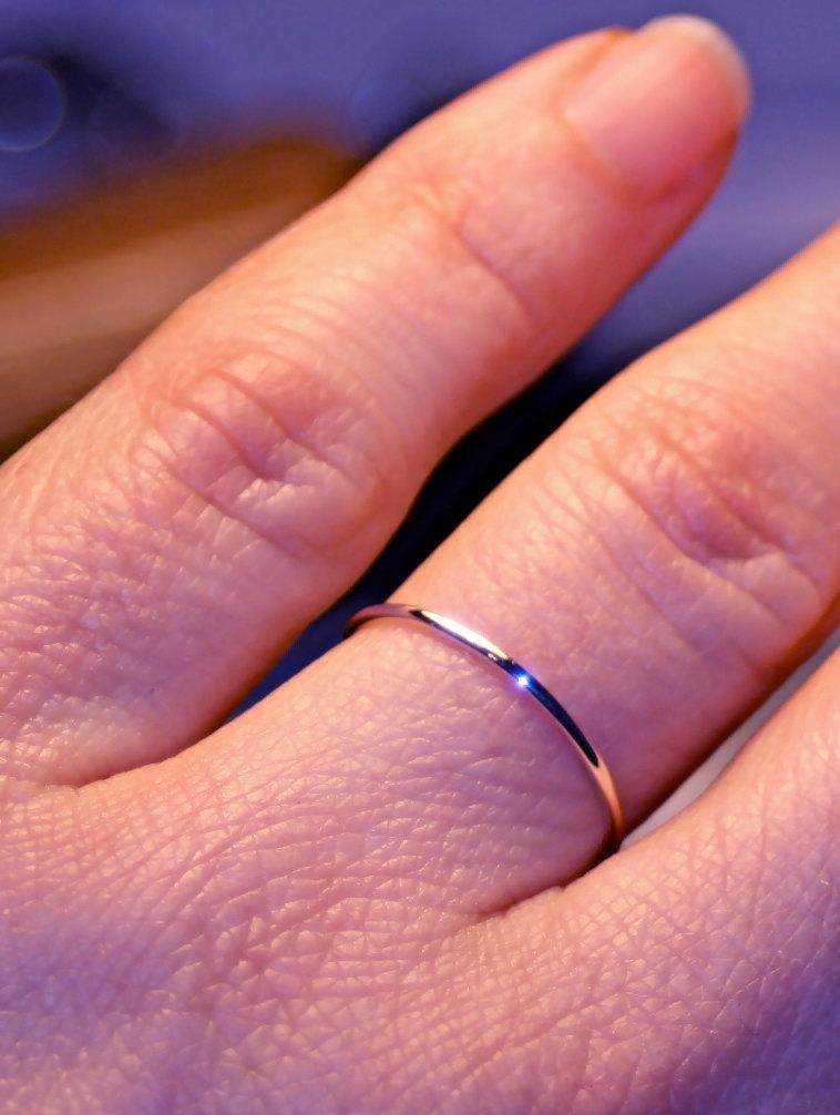 Mariage - Very thin 14k ROSE Gold wedding band 1mm handmade fully round smooth plain simple super skinny dainty elegant slim PINK gold stacking ring
