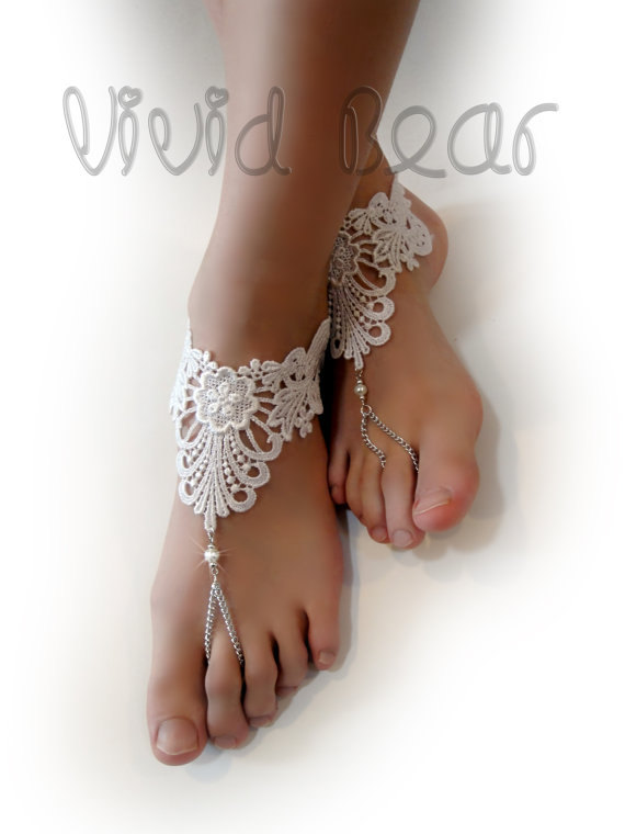 زفاف - White Lace Foot Jewelry. Barefoot Sandals. White flowers. Pearl Beads. Silver Chain Boho Anklets. Beach Wedding. Bridal Accessory. Set of 2