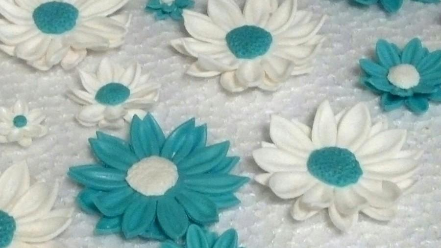 Свадьба - 24 Edible DAISY DAISIES / Variety sizes / gum paste/fondant flowers / sugar flowers / cake or cupcake decorations / cake or cupcake topper