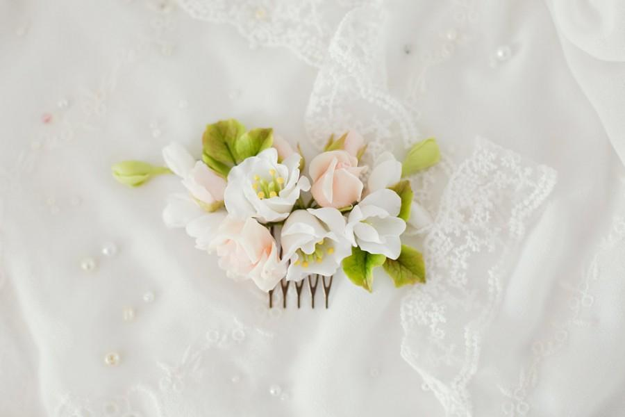 Mariage - Wedding flower comb Ivory white flower Bridal rose hair comb Pearl Natural looking Cold porcelain  champagne