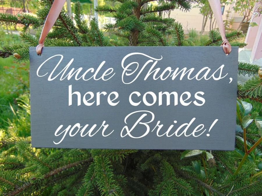 Mariage - Wedding Signs. Uncle here comes your bride wedding sign. Personalized custom wooden sign. Ring bearer, flower girl board. Gray wedding sign