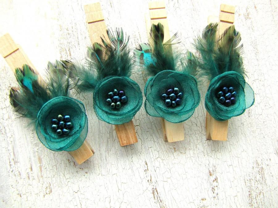 Mariage - Wooden cloth pins, feather embellished clothes pegs, rustic wedding decor, floral decor, fabric flowers (set of 4pcs)- PEACOCK INSPIRED