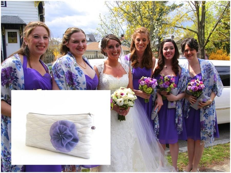 Свадьба - Will You be My Bridesmaid Set of 5, Bridesmaid Wristlets, Wedding Purses in Light Gray with Purple Flower Brooch, Bridesmaids Gift Bags