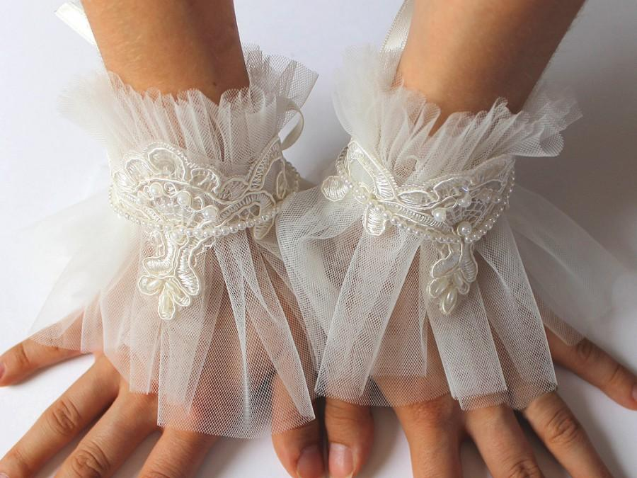 Hochzeit - Ivory Bridal Pearl Lace Tulle Cuffs Bracelet, Victorian Lace Cuff, Fingerless Wedding Gloves, Bride Accessories, Winter Wedding Lace Mittens