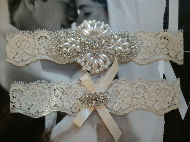 Свадьба - Wedding Garter, Bridal Garter, Garter Set - Pearl & Crystal Rhinestone on a Ivory Lace - Style G2906