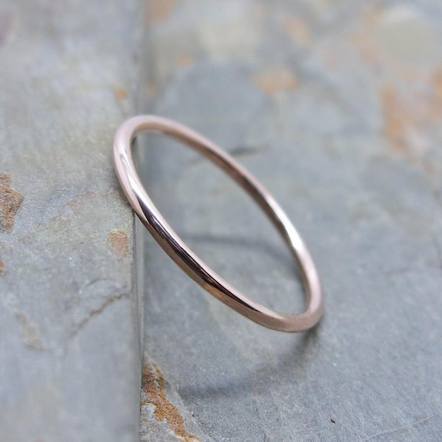 Mariage - Simple Thin 14k Rose Gold Wedding Band in Choice of Finish - Smooth, Hammered, or Brushed / Matte / Satin Full Round Wedding Ring