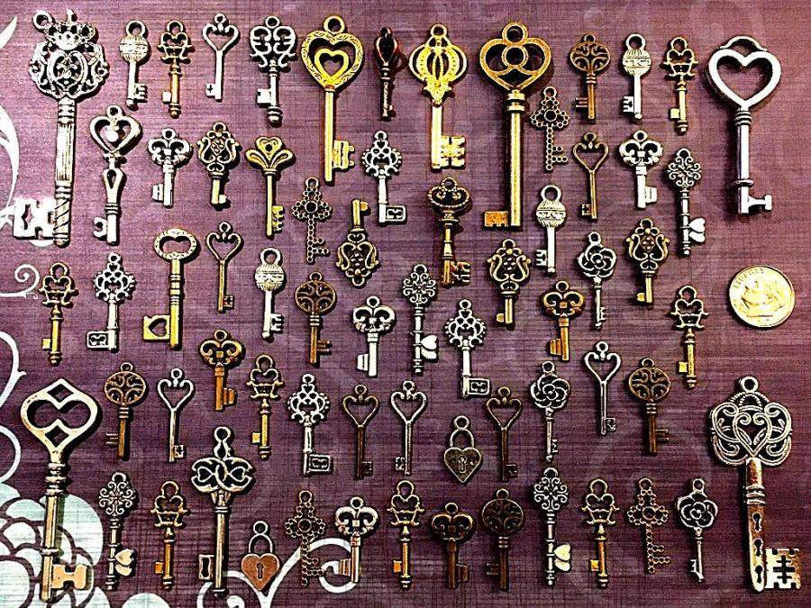 Mariage - 62 Bulk Steampunk Skeleton Keys Large Medium & Small Brass Charms Wedding Beads Supplies Pendant Collection Reproduction Vintage Antique