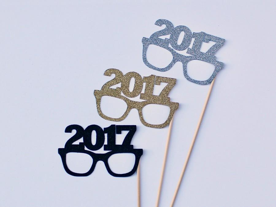 Mariage - 2017 New Years Eve Photobooth Props - 3 Glittered NYE Glasses Photo Booth Party Props - Gold, Silver and Black Holiday
