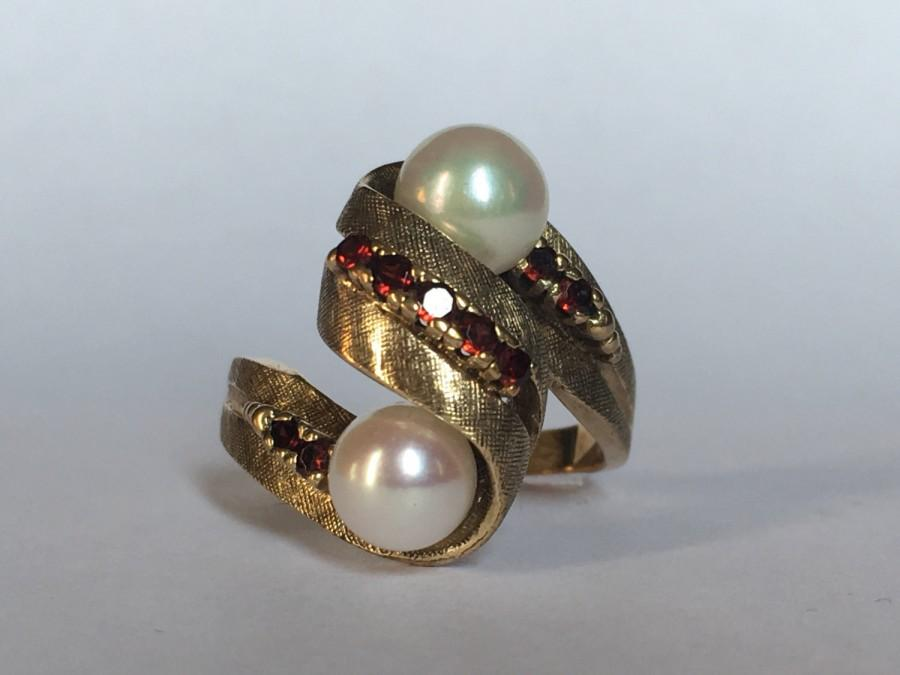 Mariage - Vintage Pearl and Garnet Ring set in 10K Yellow Gold. Estate Fine Jewelry. June Birthstone. 4th Anniversary Gift. Unique Engagement Ring.