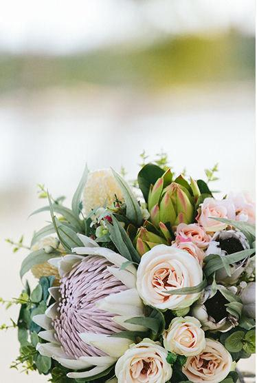Mariage - Nellie - Bride's bouquet. Australian natives and roses. King protea, proteas, banksia, roses, blushing bride, gum, Geraldton wax.