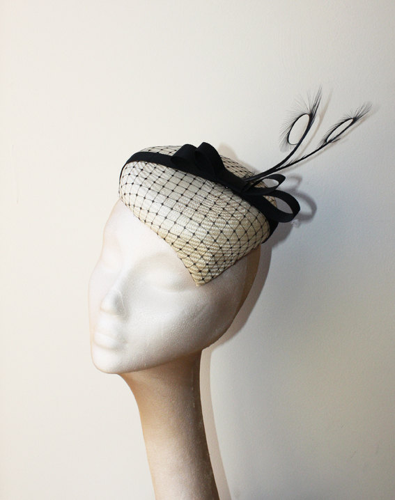 Mariage - Ivory Straw Pointed Percher with veiling and feathers - Very stylish hat great for a wedding or the races, can be made in other colours