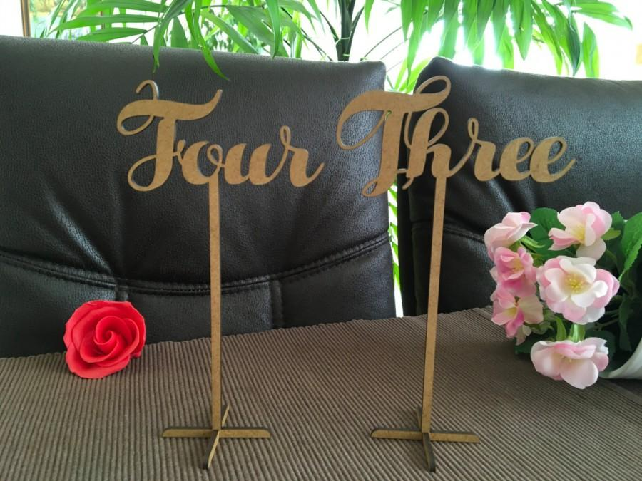 Mariage - Wooden wedding table numbers on sticks, Script table numbers, Freestanding table numbers with base, Flower arrangement table numbers