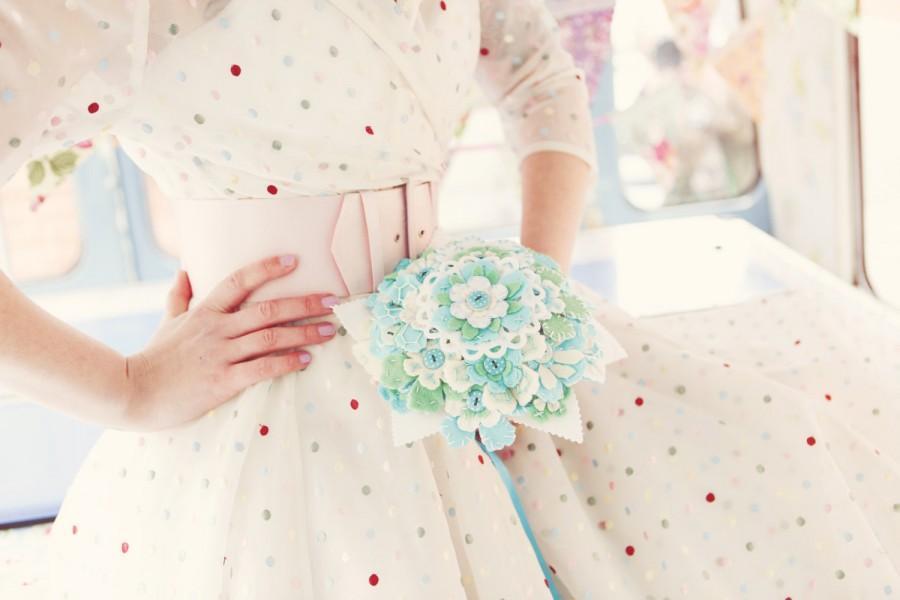 Hochzeit - Felt flower bouquet polka dot buttons - Alternative bridal aqua turquoise green