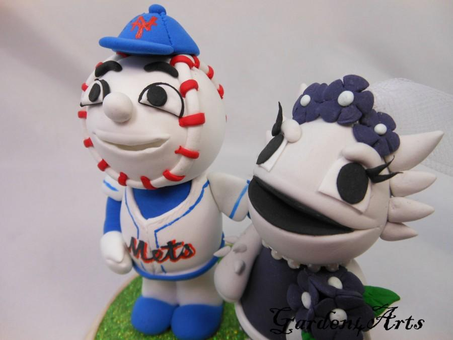 Mariage - Custom wedding cake topper--Love MASCOT couple with circle clear base--NEW