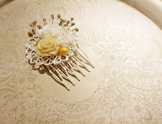 Boda - Handmade wedding hair comb clip resin flowers roses vintage gold creme white wedding prom accessory hair piece bride
