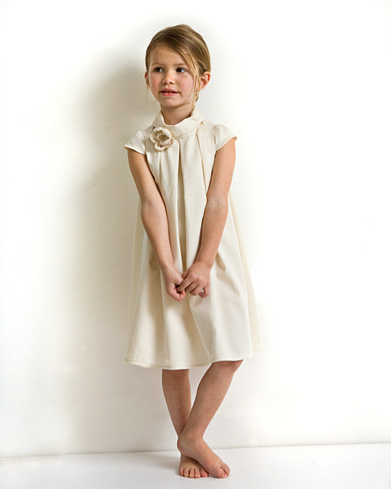 Mariage - Ivory flower girl dress in organic cotton sateen. Girl's wedding dress with cap sleeves. Baptism dress.