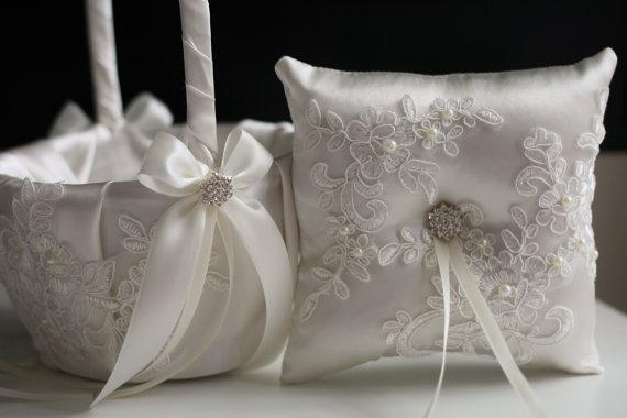 Mariage - Ivory Wedding Pillow Basket Set, Lace Ring Bearer Pillow, Ivory Flower Girl Basket, Lace Ring Holder Lace Wedding Pillow Lace wedding basket