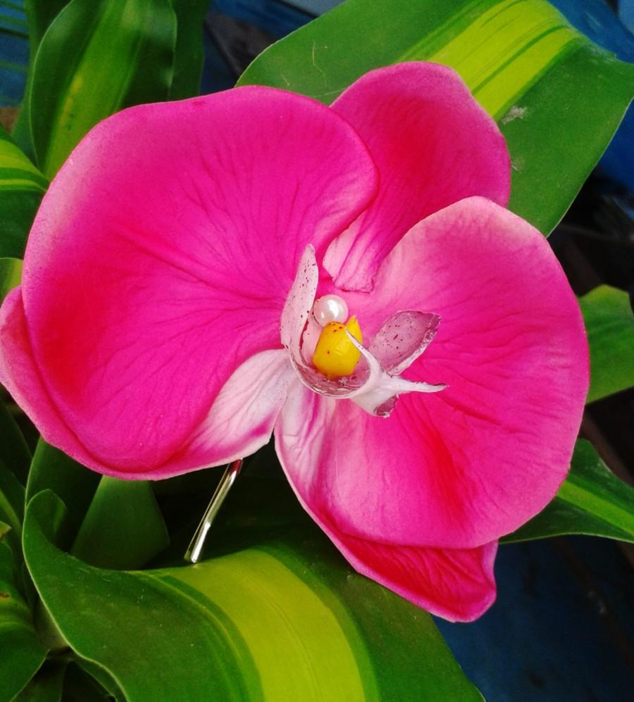 Mariage - TROPICAL HAIR FLOWER, Hot Pink Orchid Hair Clip, Wedding hair accessory, bride flower,Bridal Headpiece, Pearl Center, Fascinator,Beach Bride