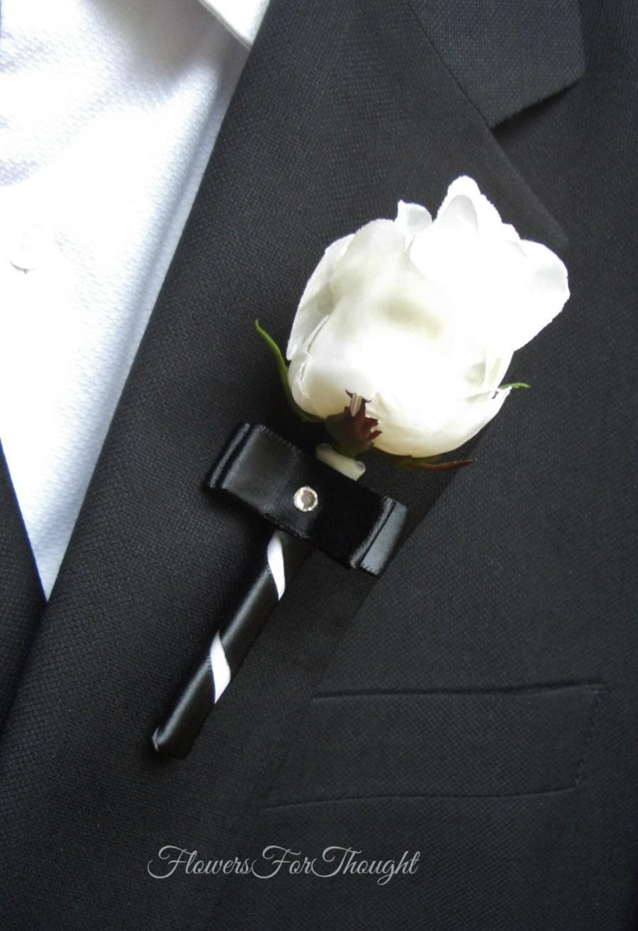 Свадьба - White Rose Boutonniere with Black Ribbon, Groomsmen Lapel Decoration, Mens Buttonhole Bloom