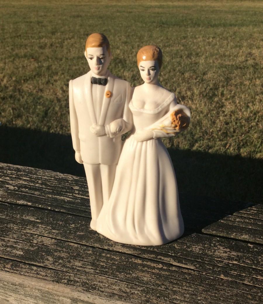 Hochzeit - White Wedding - Cake Topper - Bride and Groom Figurine - Brunette Bride and Groom Decoration - Wedding Decoration - Cake Accessory