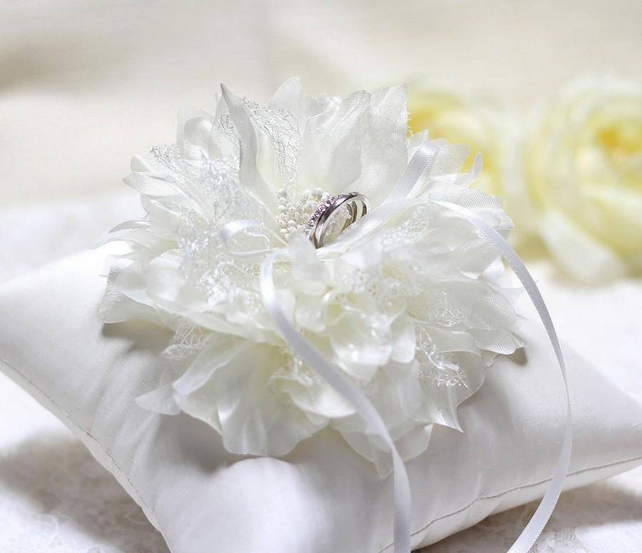 Mariage - Wedding bearer ring pillow, ring bearer cushion, off white flower ring pillow, wedding ring cushion