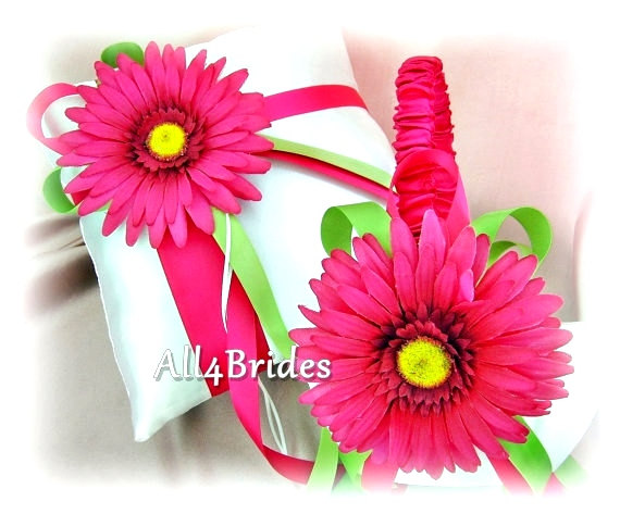 زفاف - Hot pink and green gerber daisy ring pillow and flower girl basket, wedding ring cushion and basket set