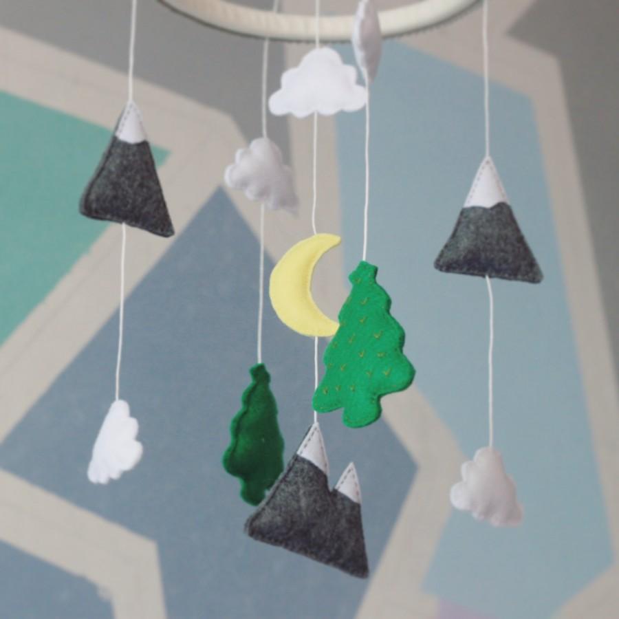 Hochzeit - Mountains and woods crib set - baby nursery decor - baby shower gift