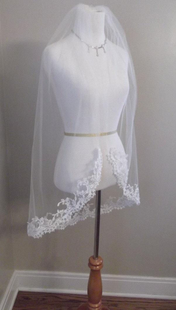 Mariage - Beaded Lace Edge Fingertip Length Wedding Veil