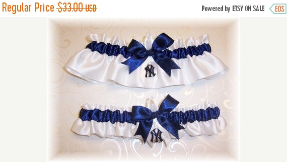 Mariage - ON SALE New York Yankees Wedding Garter Set with charms   Handmade  Keepsake and Toss   NY Satin w-nnw