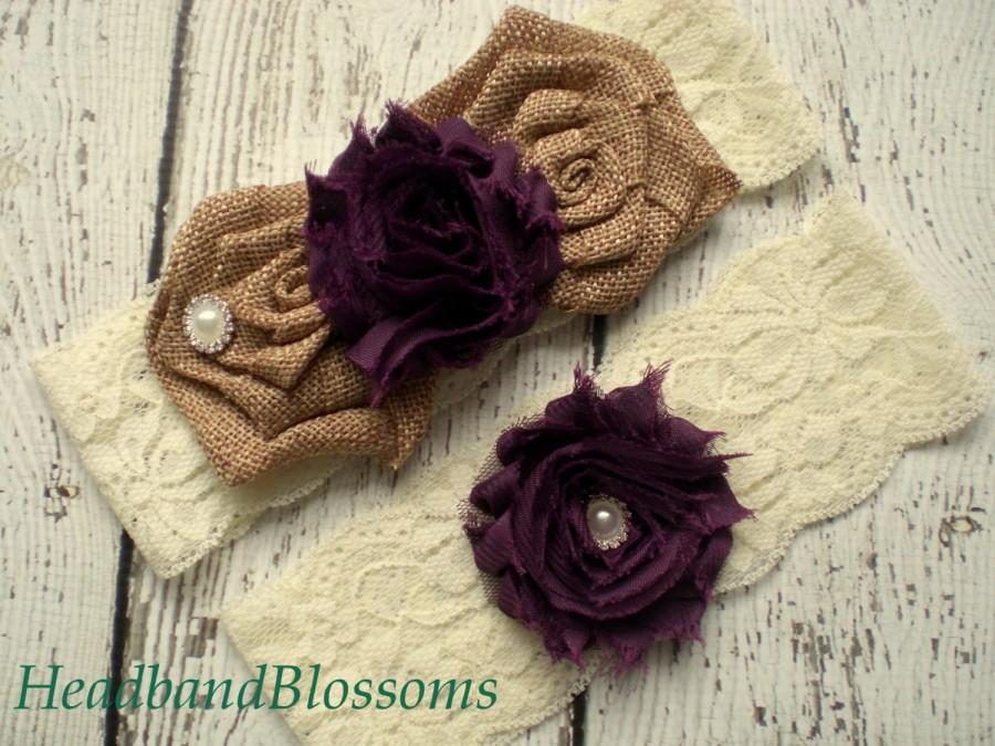 Свадьба - EGGPLANT Ivory Bridal Garter Set - Keepsake & Toss Garters - Burlap Chiffon Flower Lace Garters - Rustic Country Wedding - Dark Purple