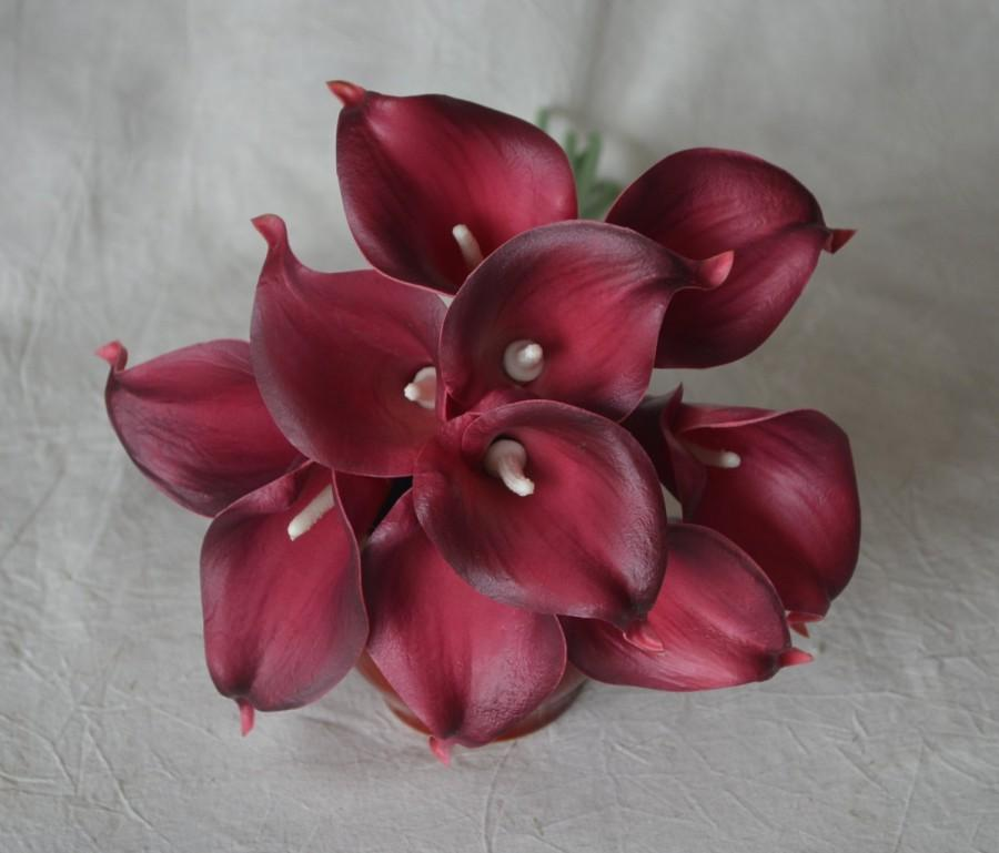 Свадьба - 10 Burgundy Calla Lilies Real Touch Flowers For Silk Wedding Bouquets, Centerpieces, Wedding Decorations