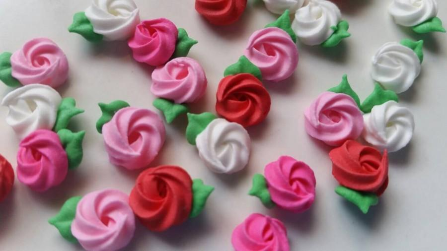 Свадьба - Mini Valentine's Day royal icing rosettes -- pink, white, red -- Cake decorations cupcake toppers (24 pieces)