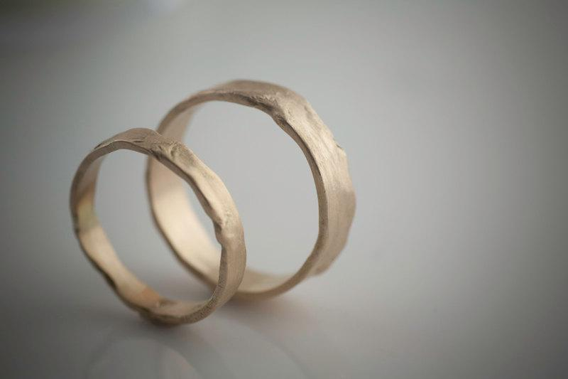 Mariage - Melted Wedding Set Recycled Hand Forged 14k Yellow Gold Ring Bands Eco Friendly Metal